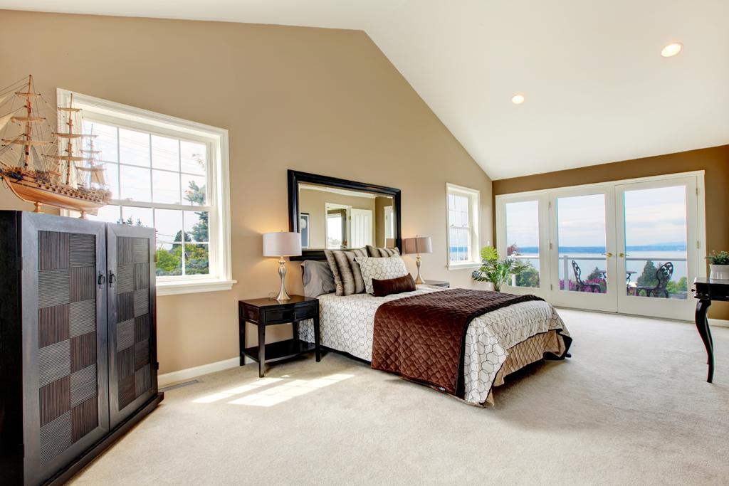 Světlá ložnice s tmavým nábytkem