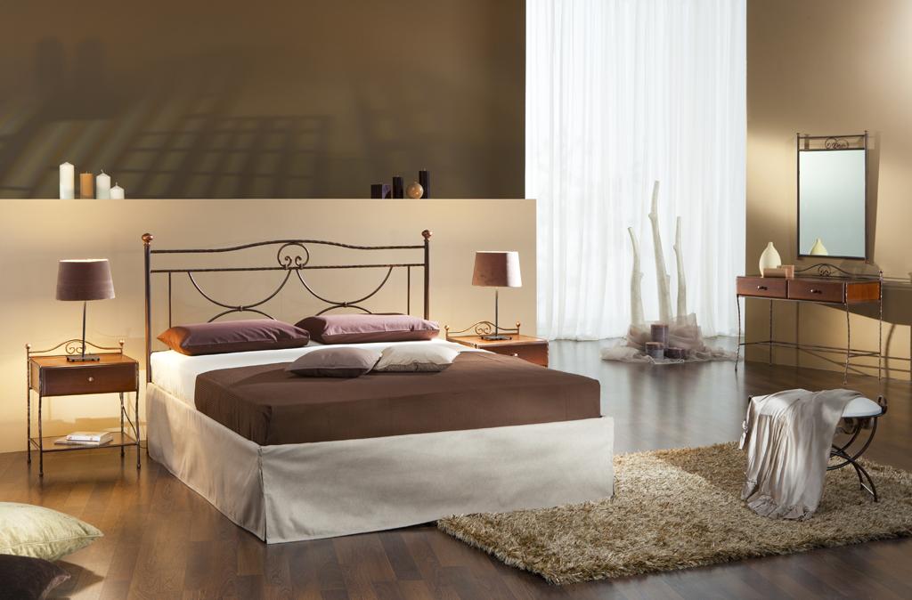 Moderní ložnice s kovovými prvky