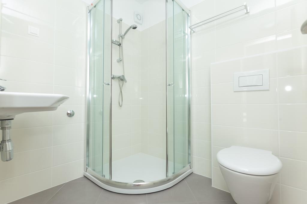 Klasická koupelna se sprchovým koutem