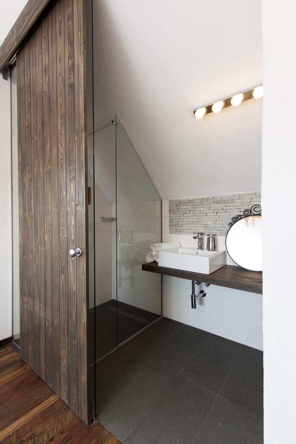 Minimalistická koupelna pod střechou