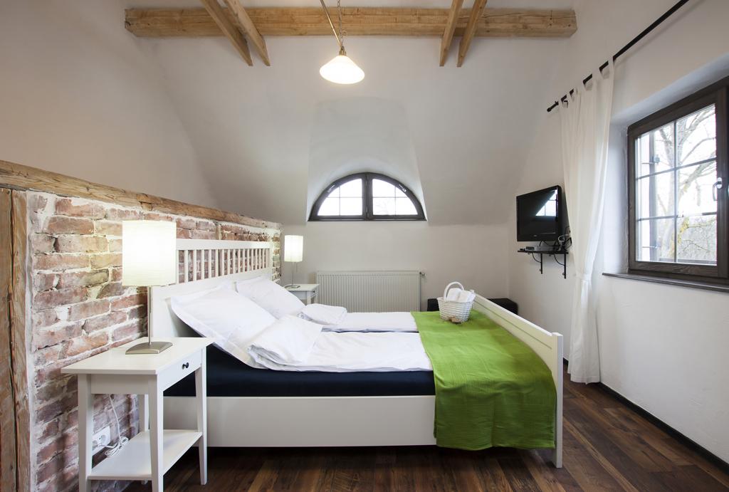 Ložnice s dřevěnými trámy a cihlami