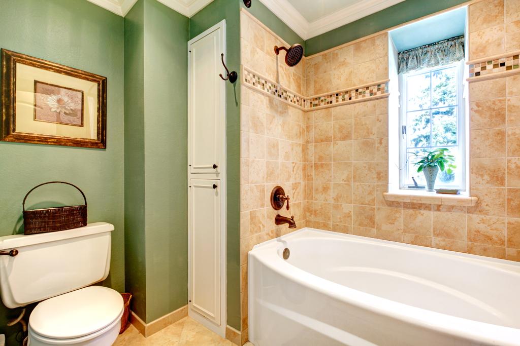 Úhledná koupelna s vestavnou skříňkou