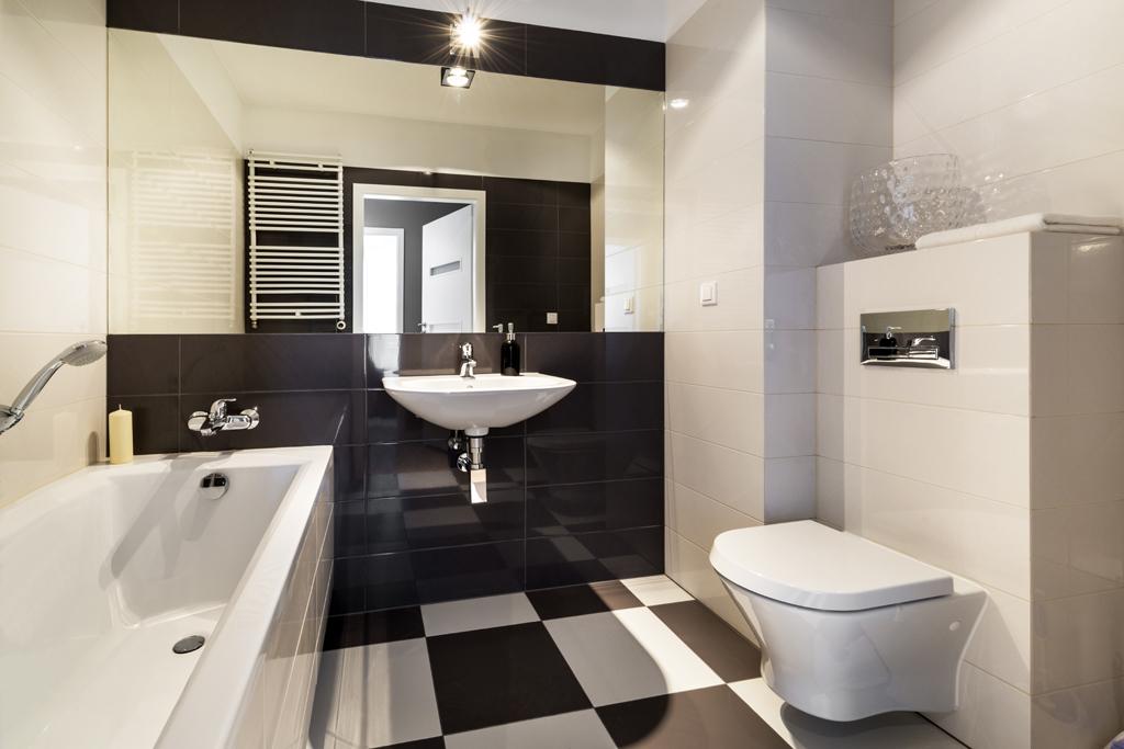 Koupelna s černobílou šachovnicí