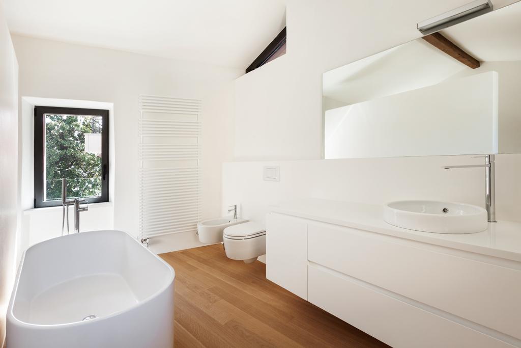 Moderní koupelna s dřevěnou podlahou