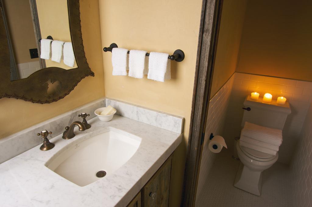 Koupelna s kovovým zrcadlem