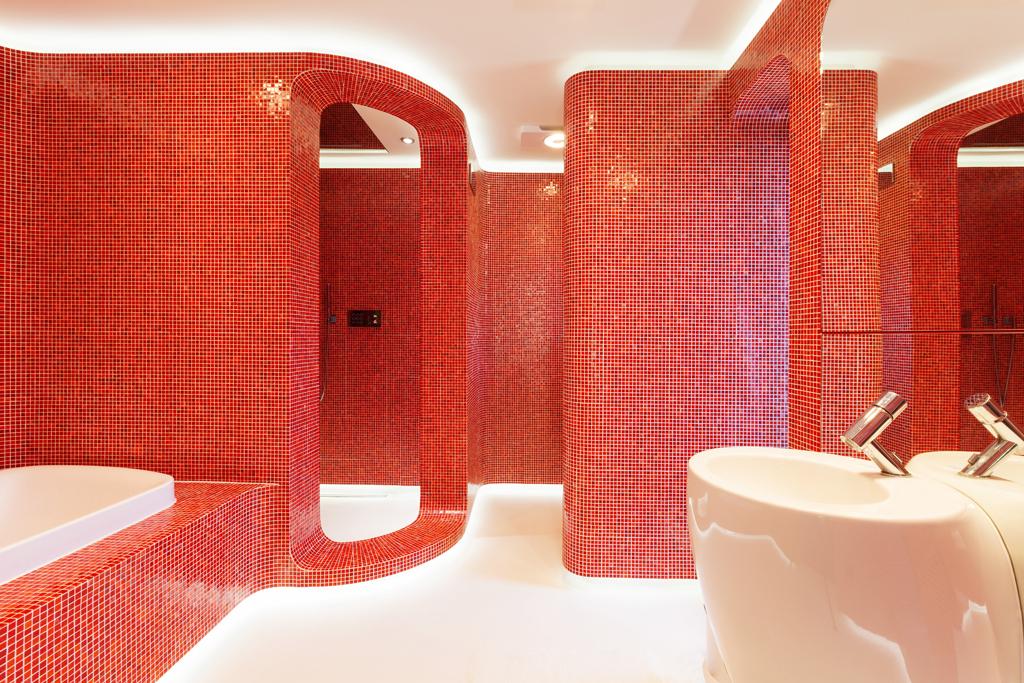 Originální koupelna v červené mozaice