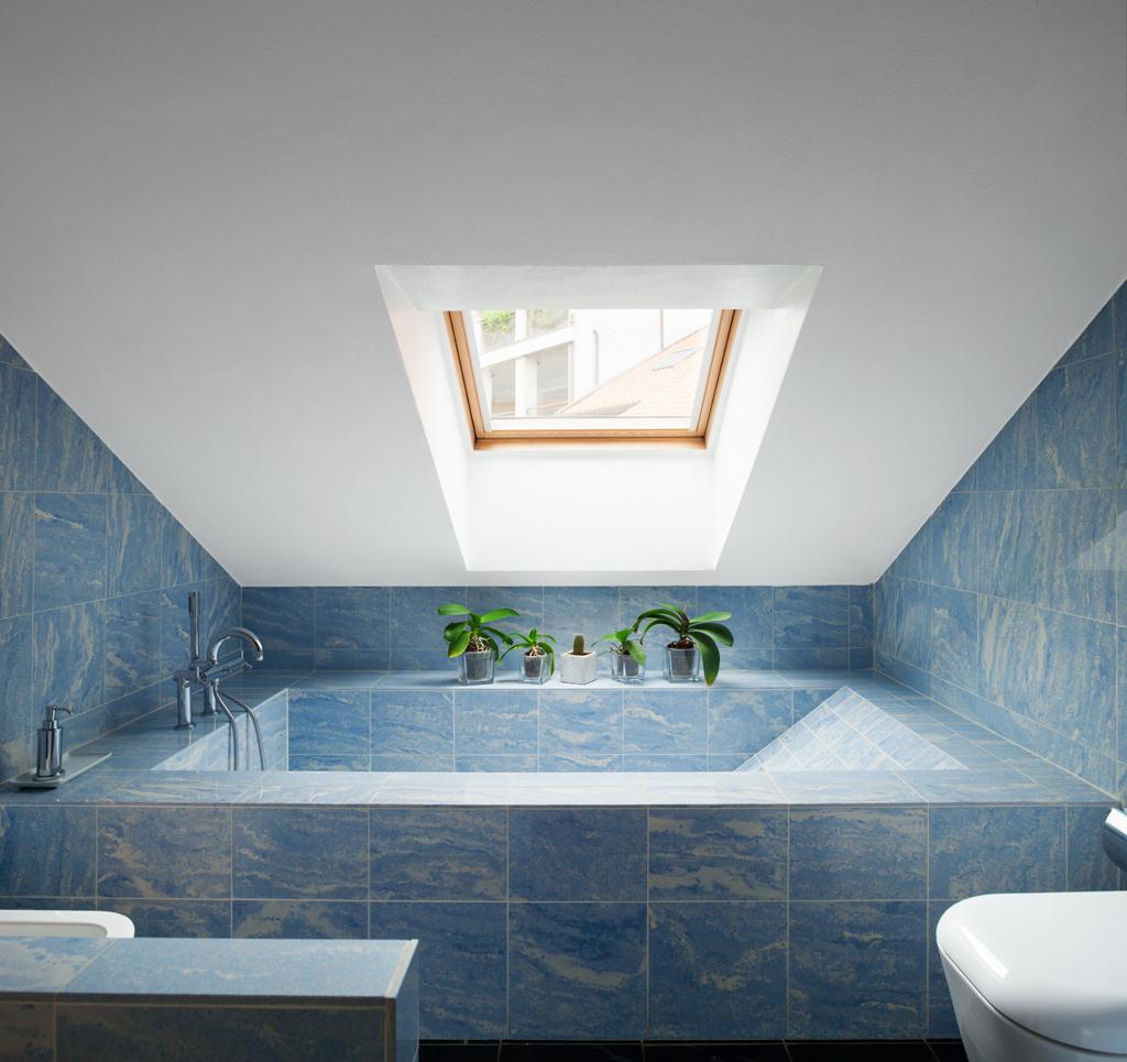 Koupelna pod střechou