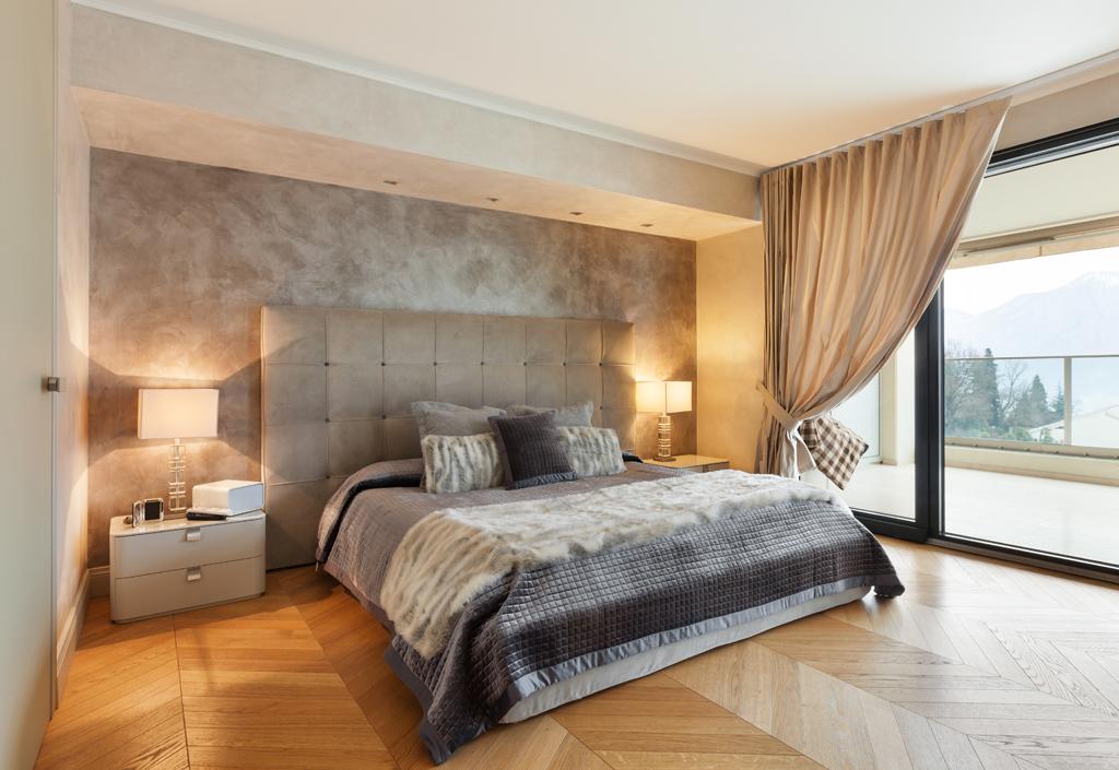 Manželská postel ve výklenku