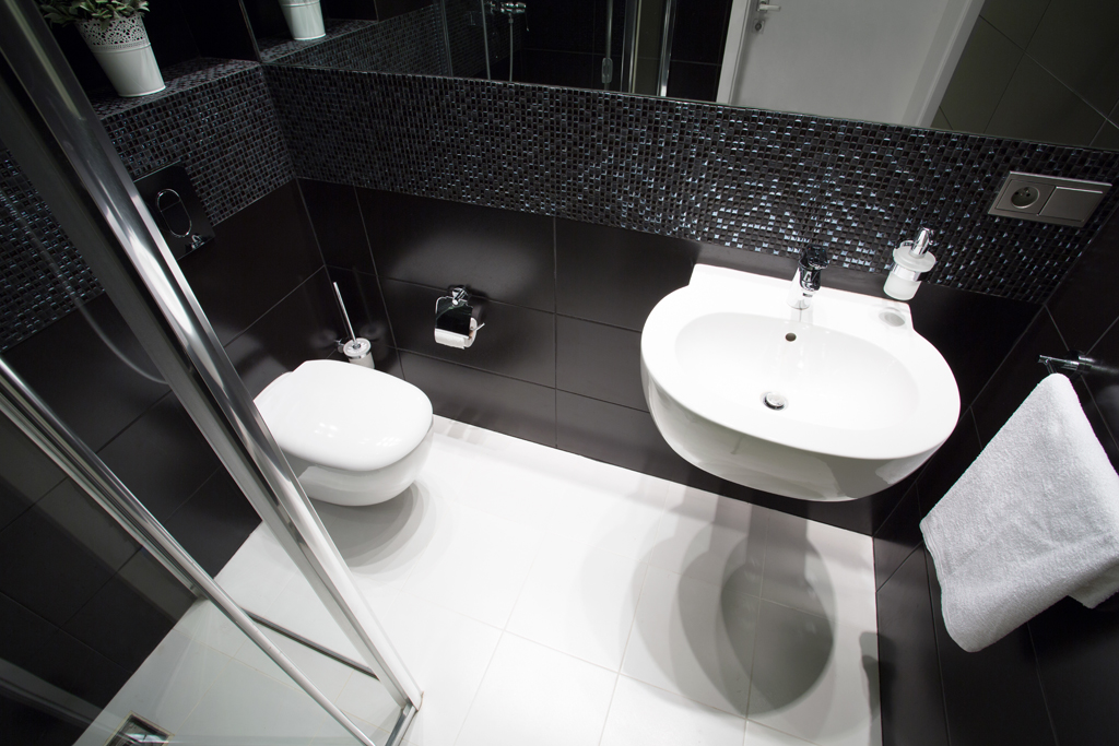 Černobílá koupelna s efektní mozaikou