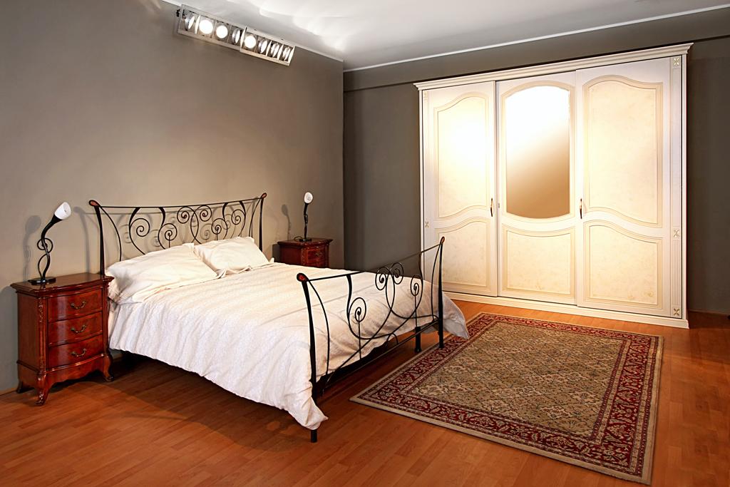 Turecký koberec a kovová postel