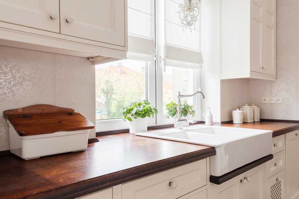 Kuchyň s keramickým dřezem