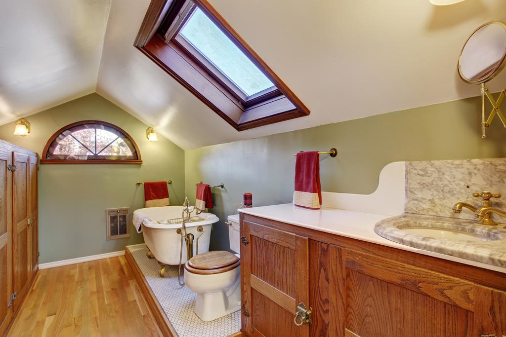 Podkrovní retro koupelna