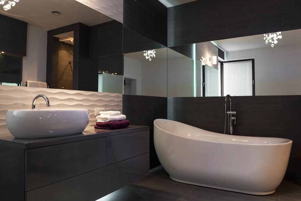 Koupelna s širokým zrcadlem