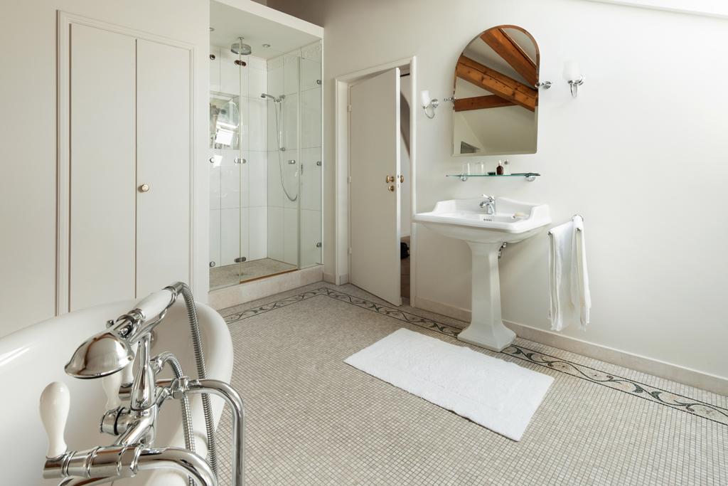 Koupelna s retro umyvadlem