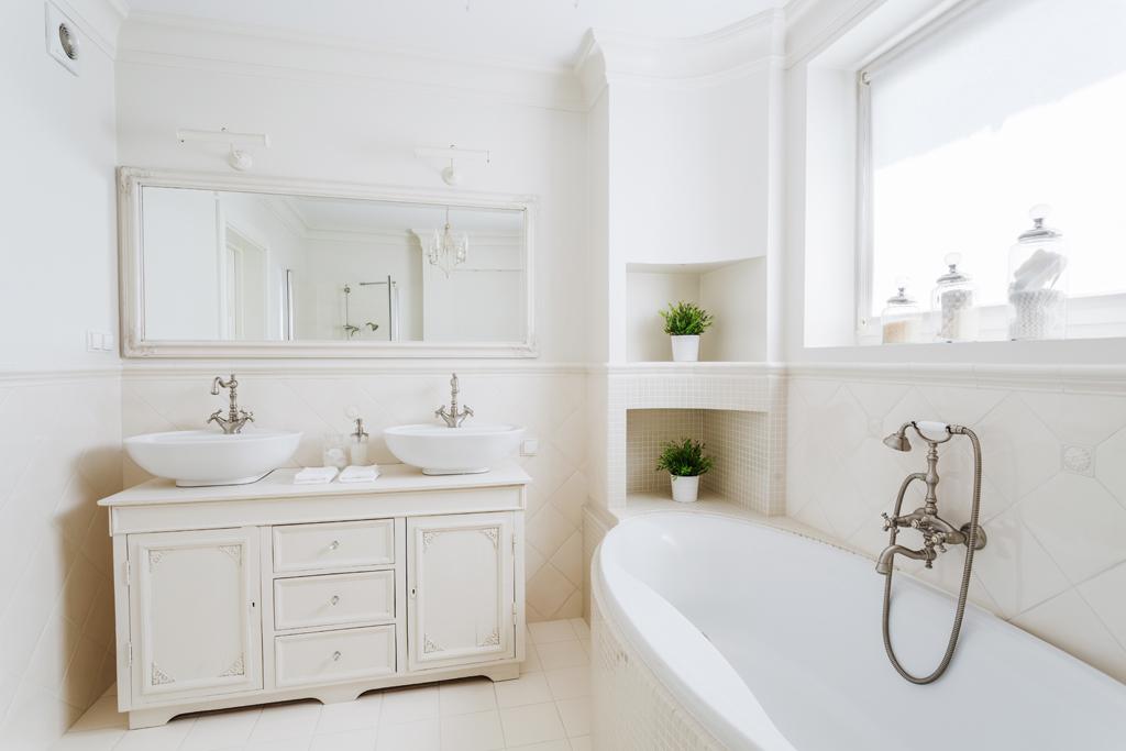 Moderní, čistá, retro koupelna