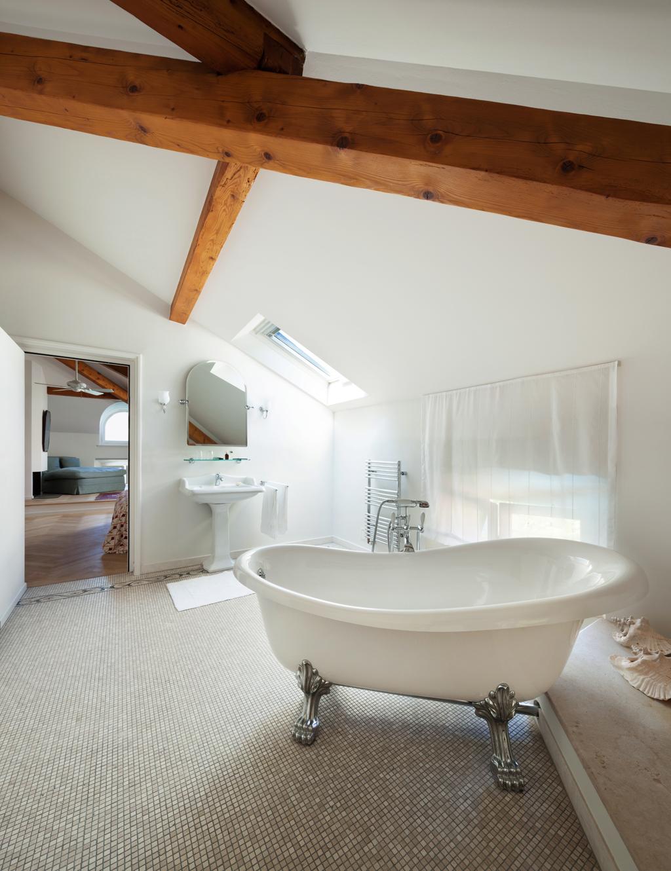 Koupelna s moderní retro vanou