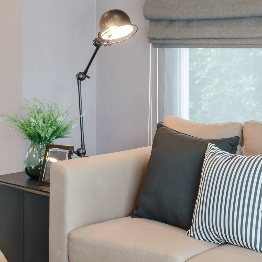 Multifunkční stolní lampa