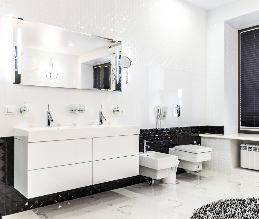 Koupelna s černým pruhem