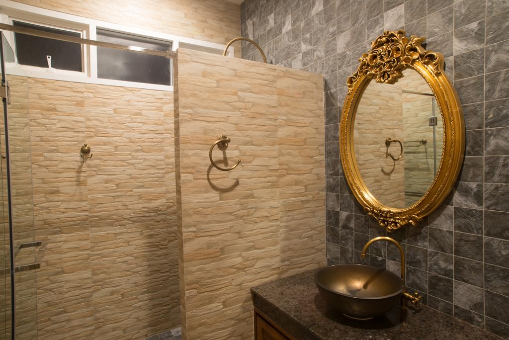 Koupelna s honosným zrcadlem
