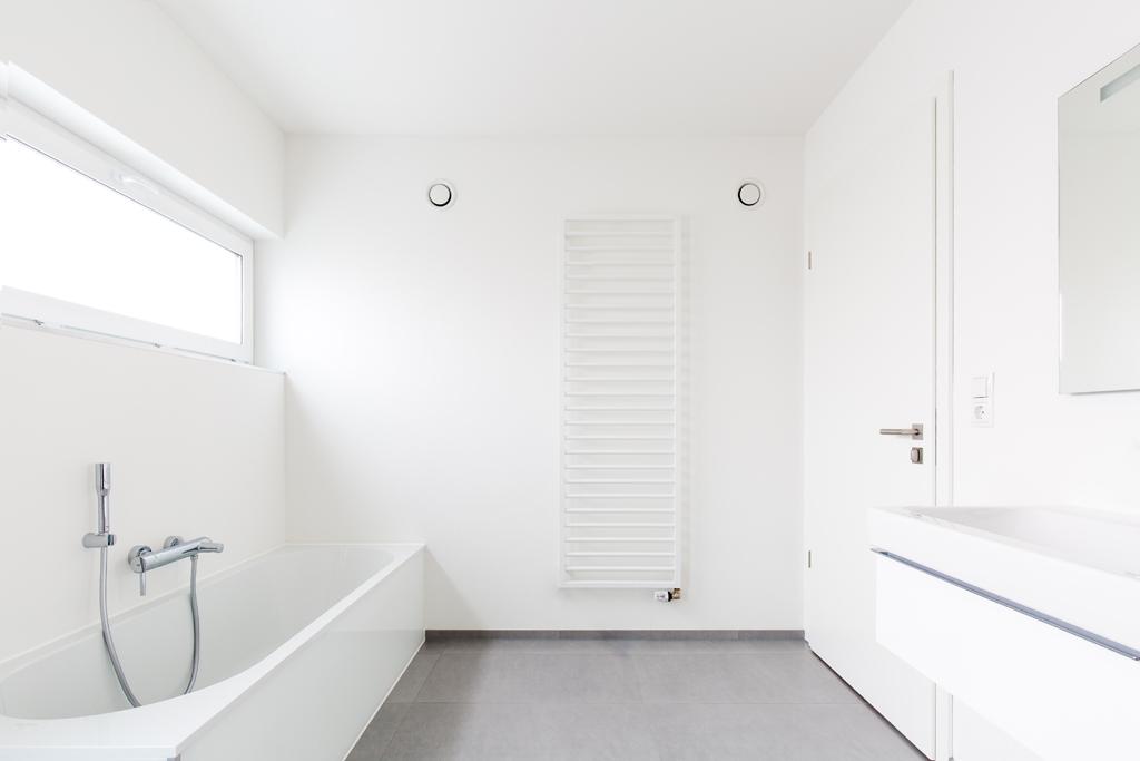 Koupelna s podélným oknem