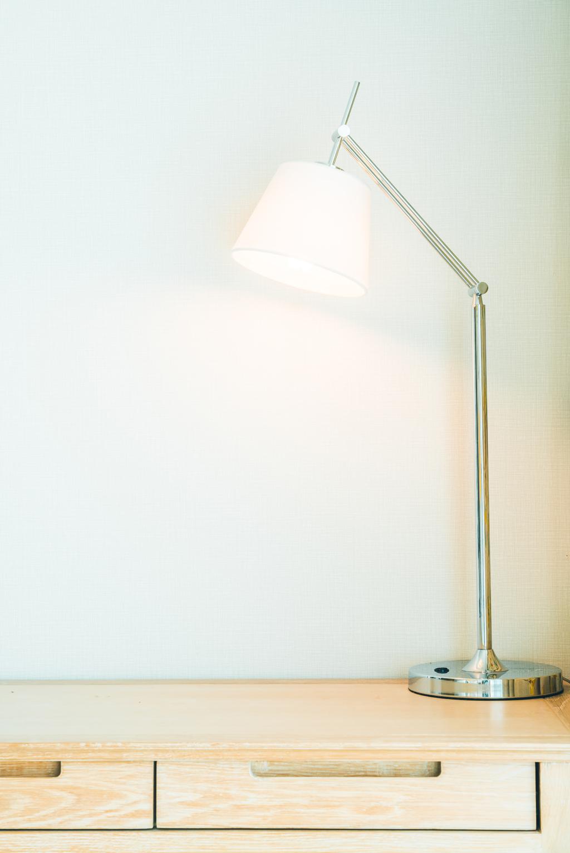 Jednoduchá stolní lampa