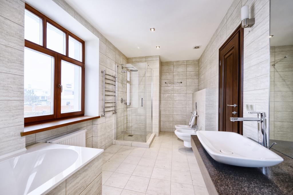 Moderní koupelna s rustikálními dvěřmi
