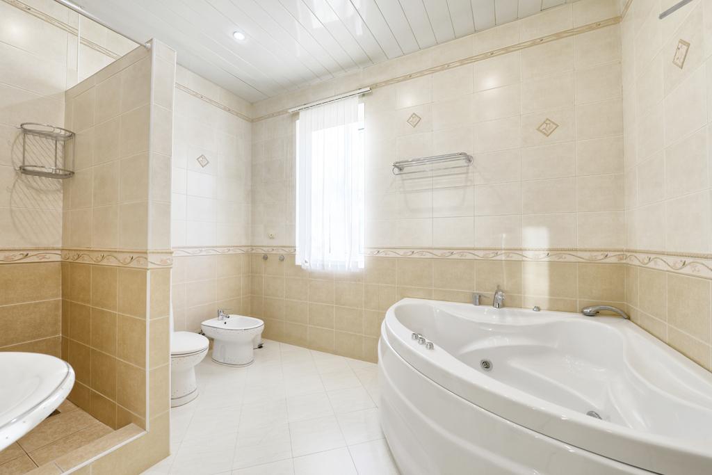 Klasická koupelna s rohovou vanou
