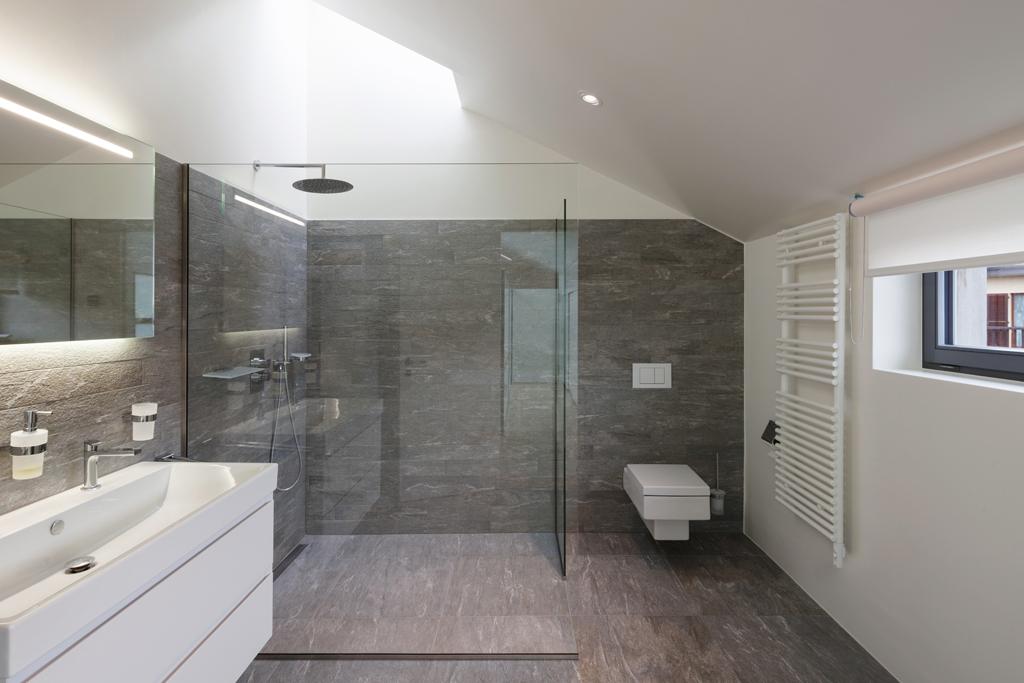 Koupelna s velkých sprchovým koutem