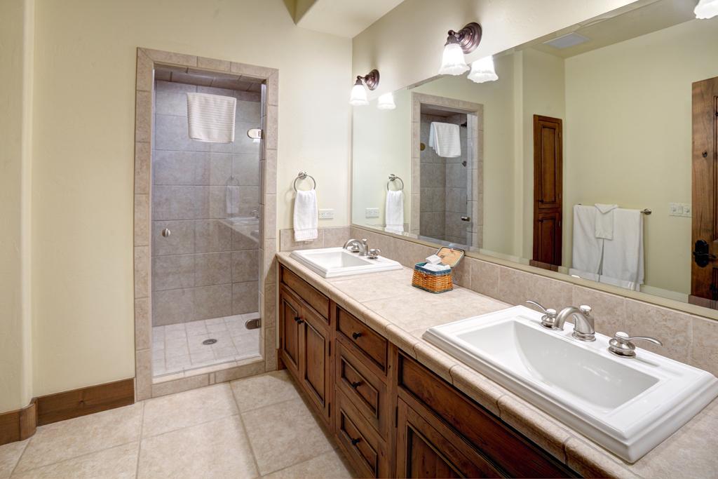 Béžová koupelna s oddělenou sprchou