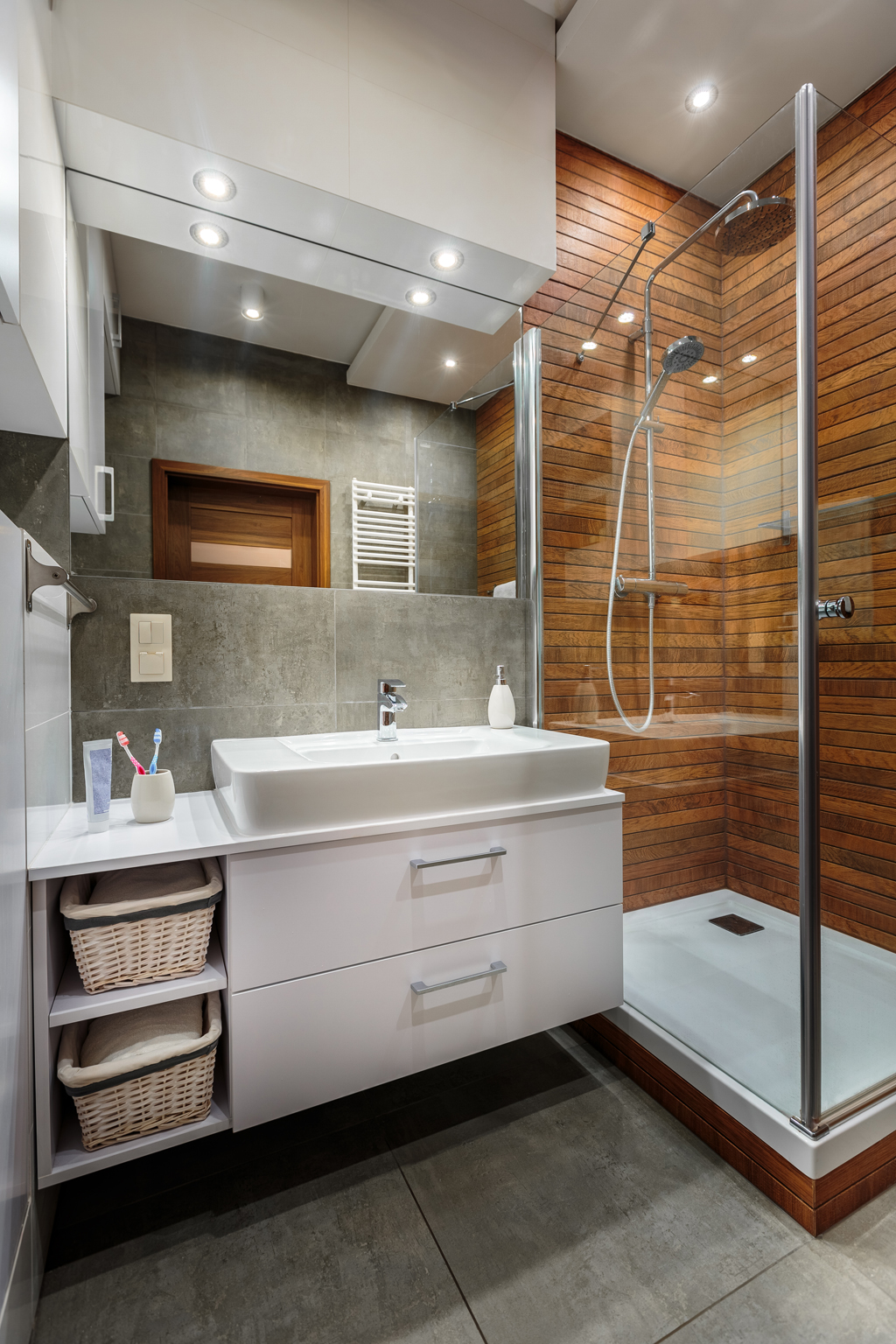 Sprchový kout s dřevěným obložením