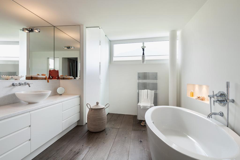 Koupelna s osvětleným výklenkem