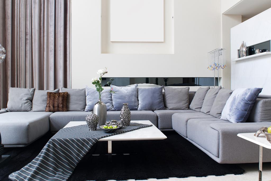 Obývák se zásobou polštářů