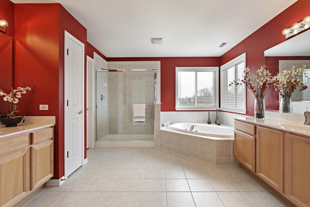 Prostorná koupelna s rohovou vanou
