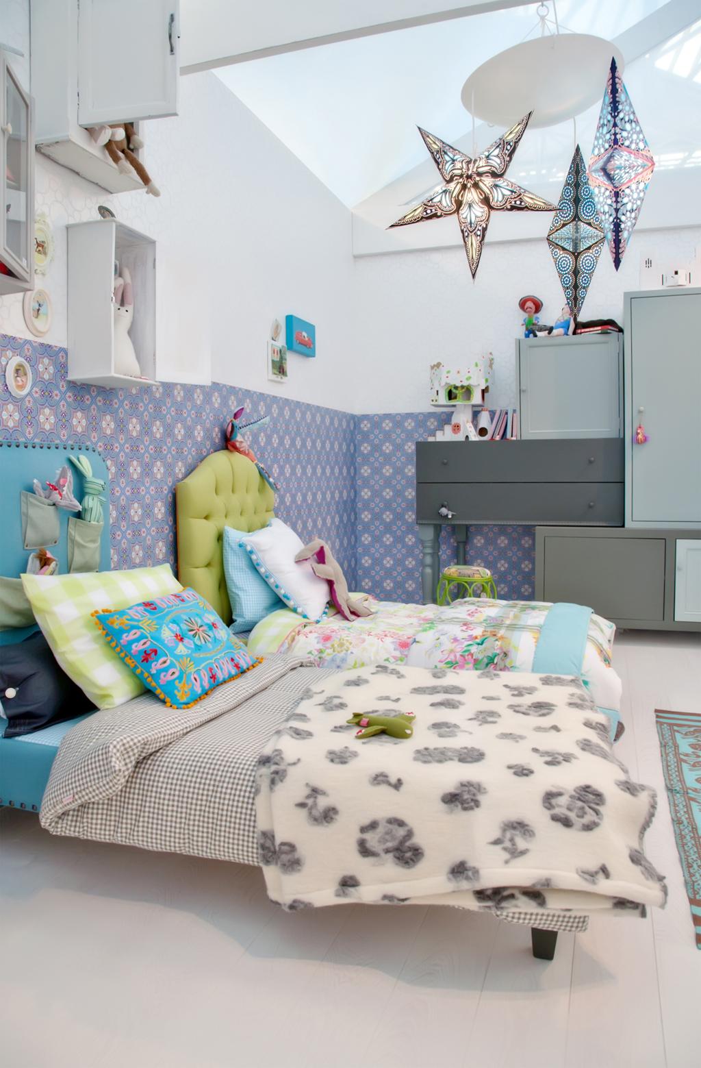 Hvězdný lustr a čalouněné postele