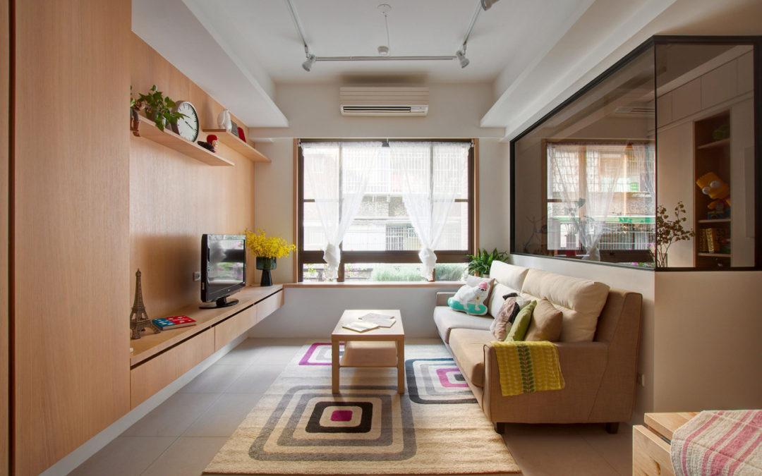 Z prosklené pracovny mají přehled po celém bytě