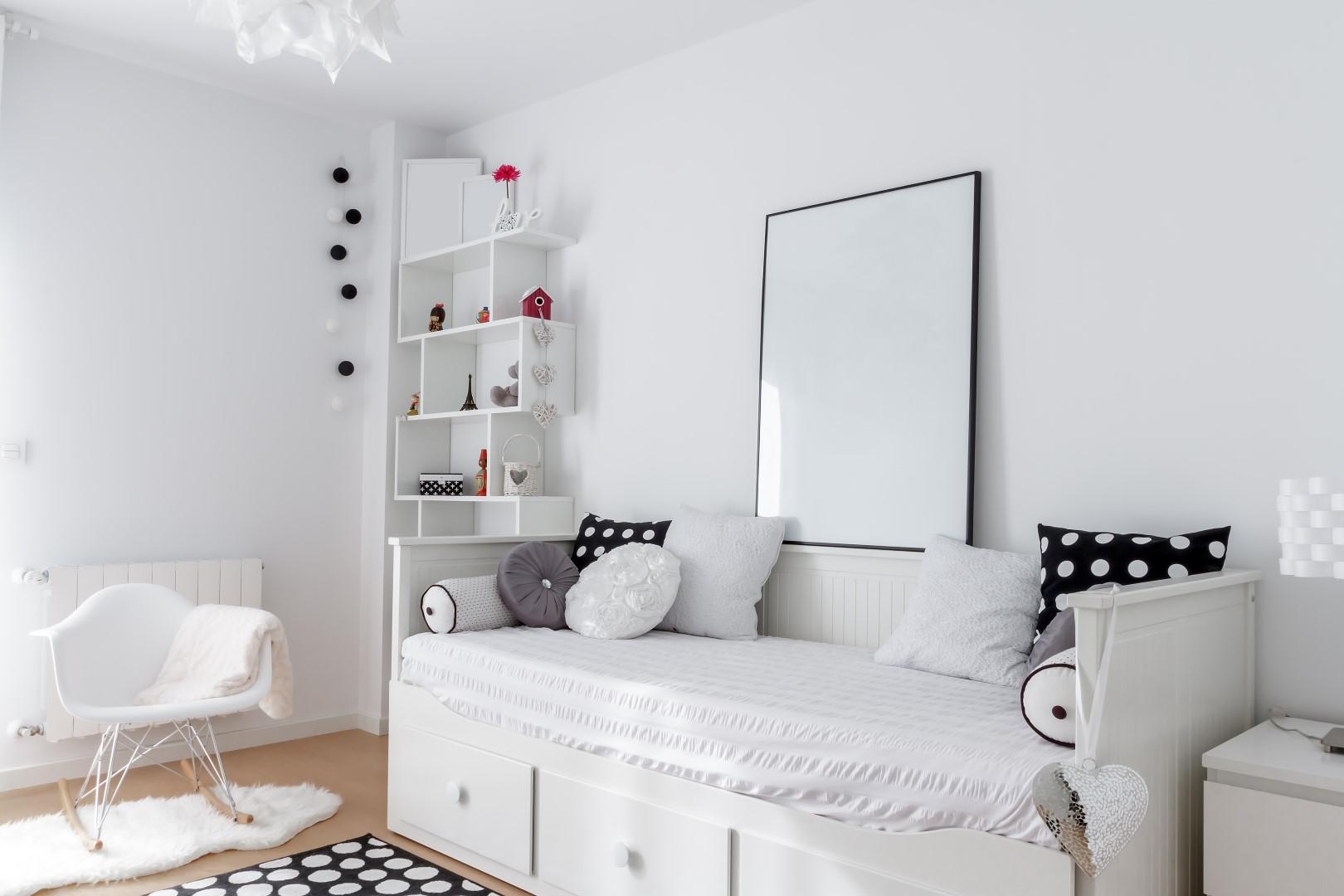Bílý pokoj s černobílými doplňky