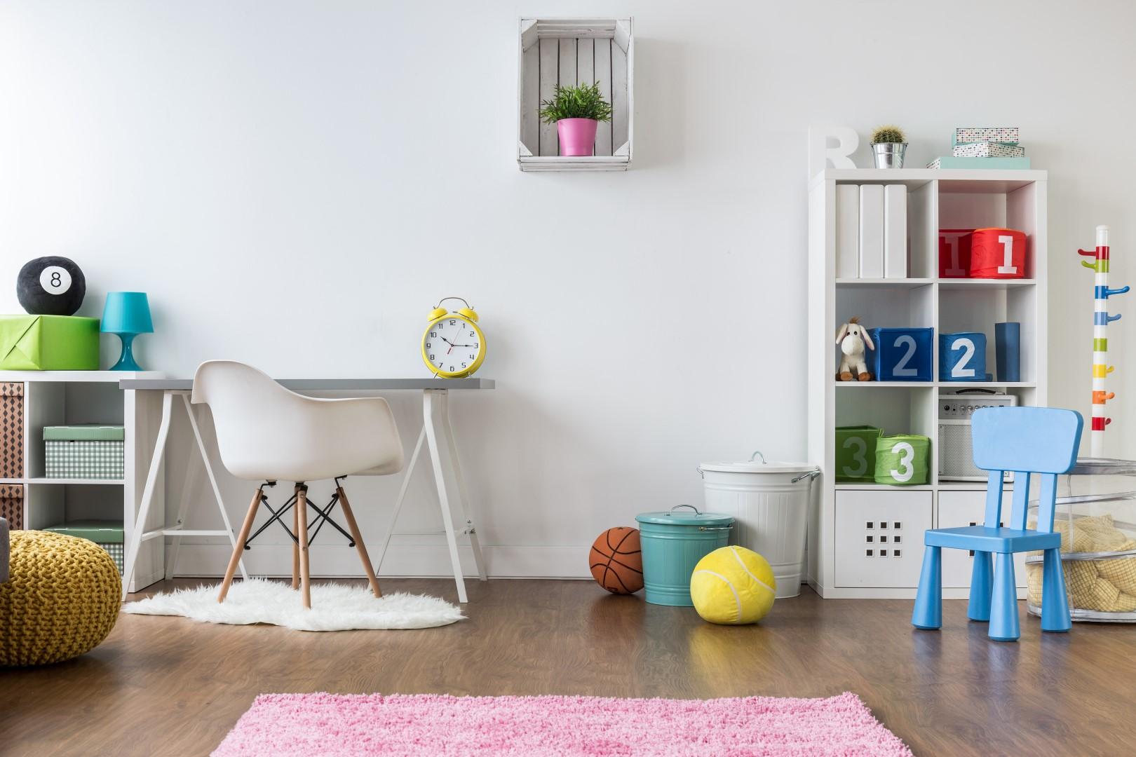 Bílý pokoj s barevnými doplňky