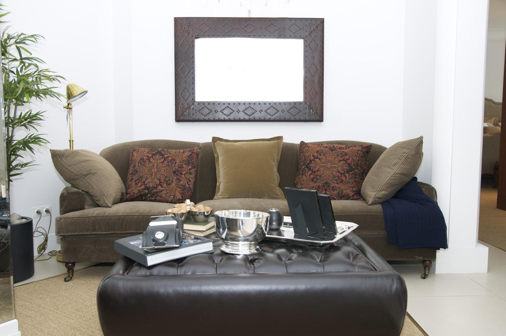 Stylový obývák s koženým taburetem